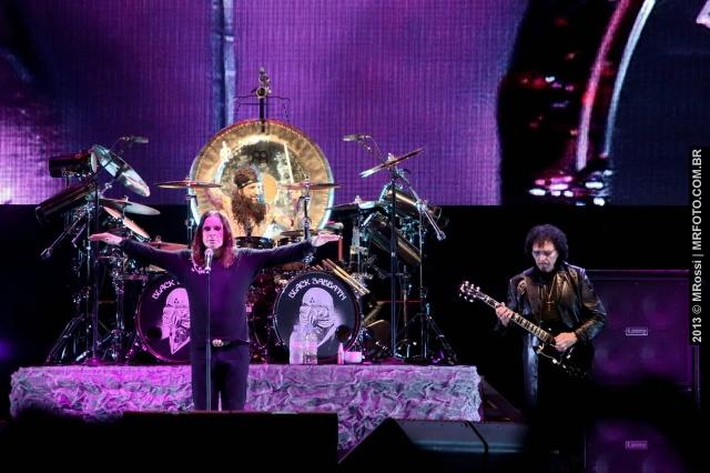 (Ozzy Osbourne, o baterista contratado Tommy Clufetos e Tony Iommi)